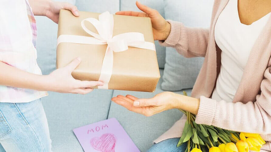 お母さんにプレゼントを渡す小さな子供