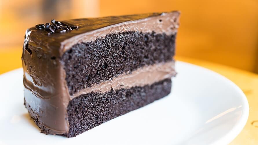 切り分けられたチョコレートケーキ
